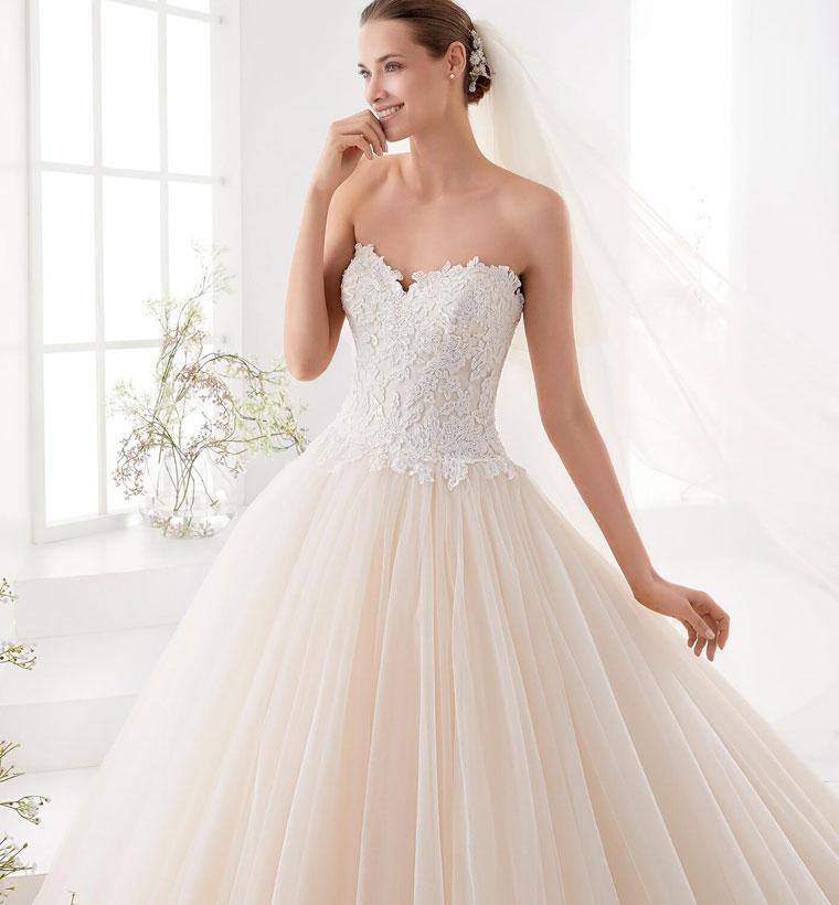 b39a57153f69 Scegliere l abito da sposa è uno dei compiti più difficili quando si  organizzano le nozze. Ecco alcuni consigli della stilista Charlotte Balbier  su come ...